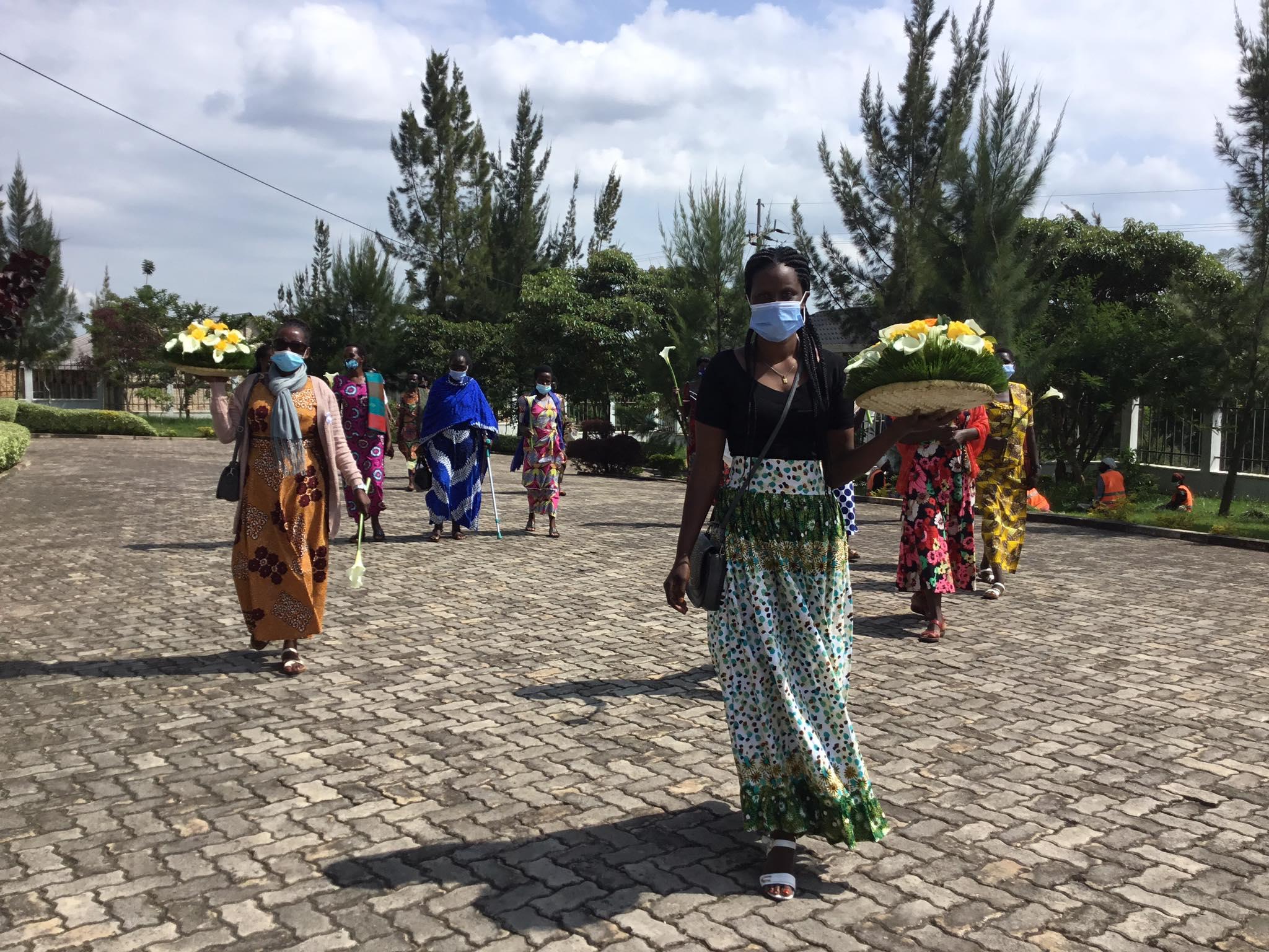 虐殺犠牲者追悼集会に集まってきたウムチョ・ニャンザの女性たち