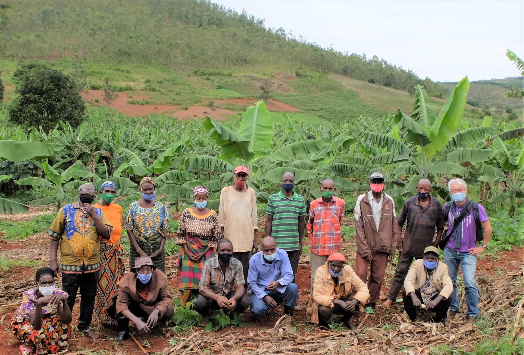 新たにバナナ農園を始めたキレへの養豚組合の皆さんと佐々木さん