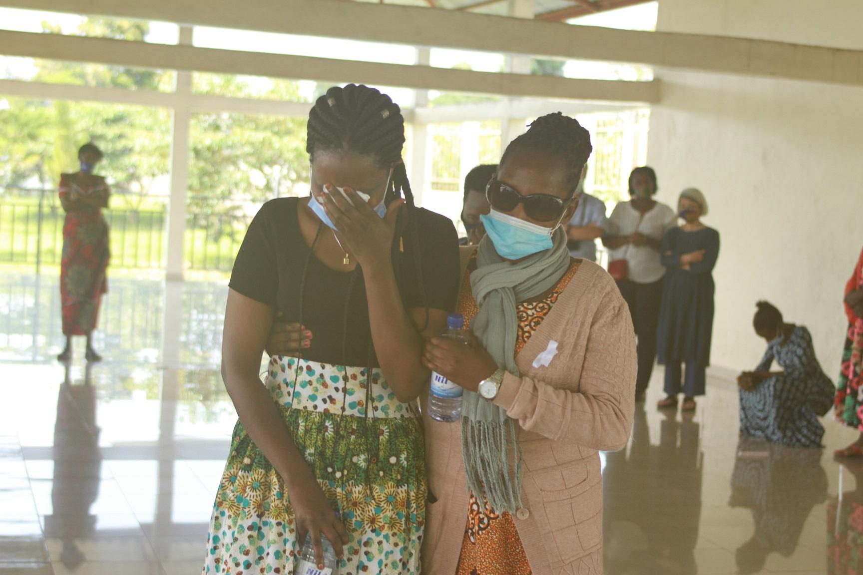 追悼式典の一コマ追悼集会で涙をぬぐう女性たち